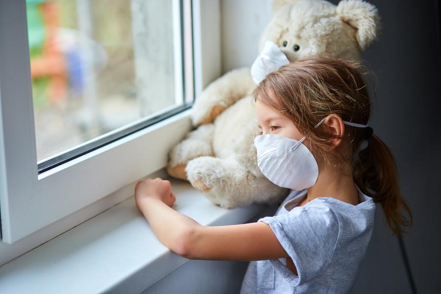 Przygnębiona mama w obliczu koronawirusa