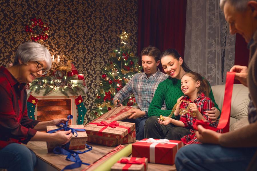 Rodzina spędza razem święta wigilię Bożego Narodzenia