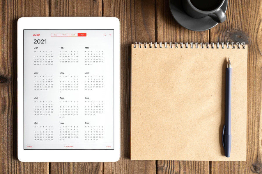 Tablet z kalendarzem, co przyniese nowy rok 2021