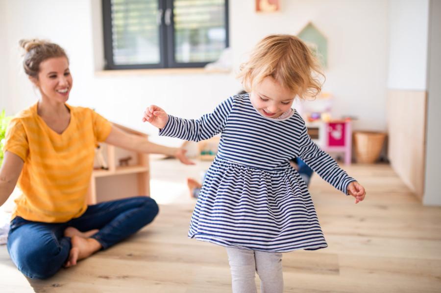 Szczęśliwa dziewczyna tańczy