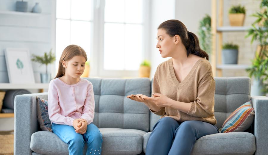 Matka rozmawia z dzieckiem