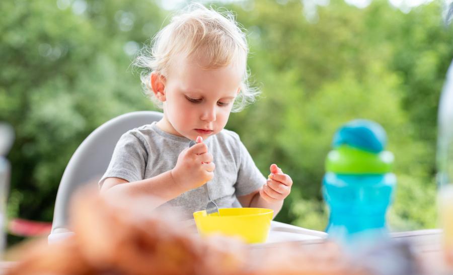 Dziecko je samodzielnie posiłek