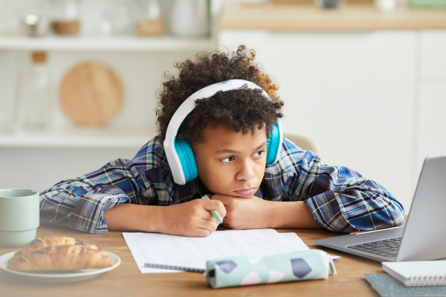 Smutne dziecko nauka zdalna