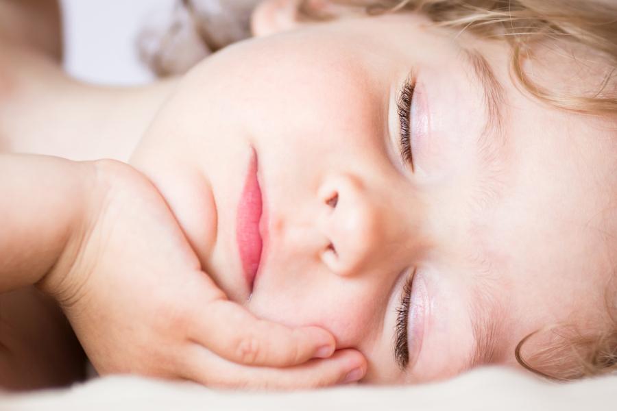 Dziecko śpi w łóżku