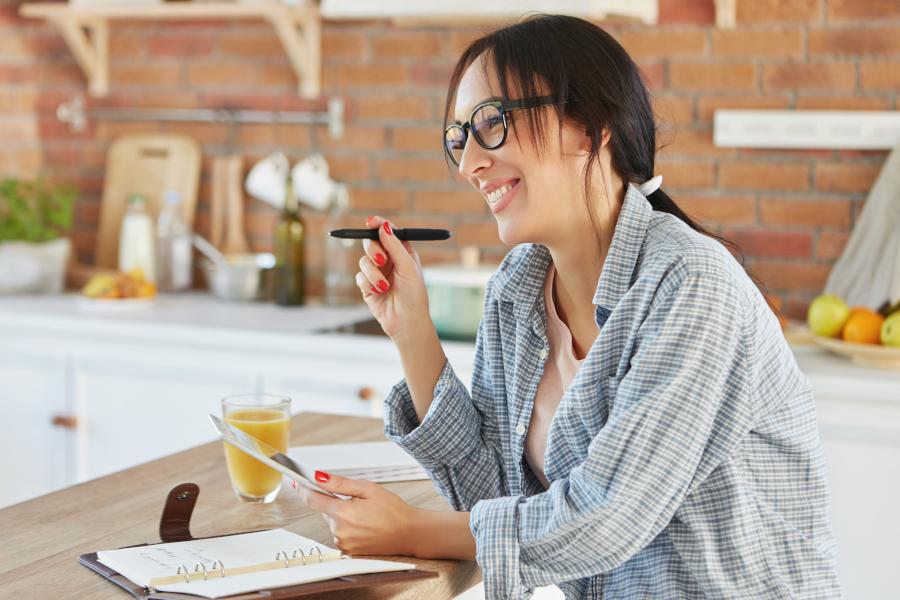 Młoda kobieta robi listę zadań